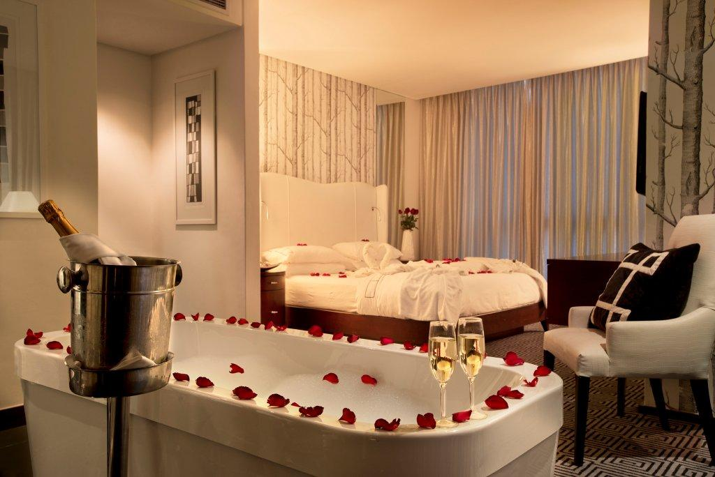 Romantic hotel rooms with rose petals for Intimate hotel